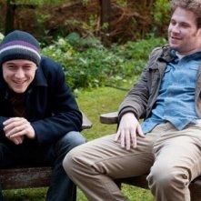 Seth Rogen e Joseph Gordon-Levitt amici impegnati in una conversazione in 50/50