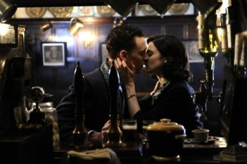 Un bacio appassionato tra Rachel Weisz e Tom Hiddleston in The Deep Blue Sea