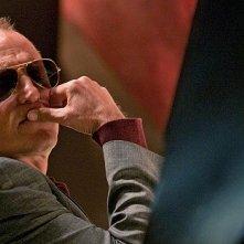 Un enigmatico primo piano di Woody Harrelson nascosto sotto gli occhiali da sole in Rampart