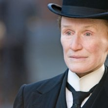 Un intenso primo piano di Glenn Close en travesti in Albert Nobbs