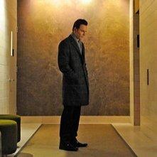 Un solitario Michael Fassbender appare isolato in mezzo a un corridoio vuoto in Shame