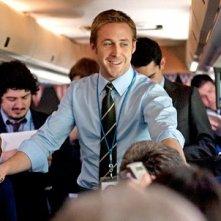 Un sorridente Ryan Gosling impegnato nella campagna elettorale in Le idi di marzo