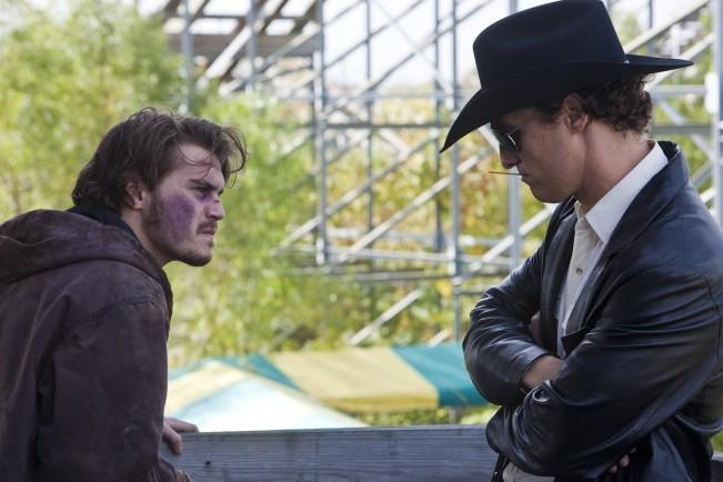 Una concitata discussione tra Matthew McConaughey ed Emile Hirsch in Killer Joe