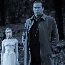 Val Kilmer vaga nelle campagne di Twixt accompagnato dallo spettro di Elle Fanning