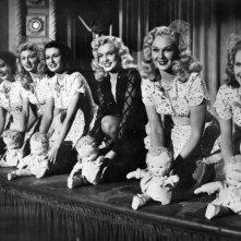Marilyn Monroe (al centro) in Orchidea Bionda