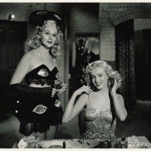 Marilyn Monroe con Adele Jergens in Orchidea Bionda (1948)