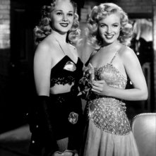 Marilyn Monroe con Adele Jergens in Orchidea Bionda