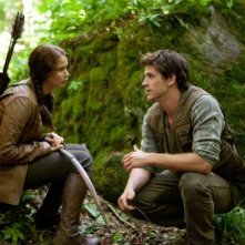 Jennifer Lawrence e Liam Hemsworth  in una bella immagine di The Hunger Games