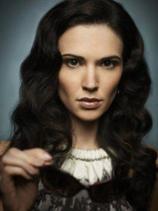 Una immagine promozionale di Laura Mennell per la serie Alphas