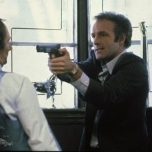 A destra, James Cann in una scena del film Strade violente (1981)