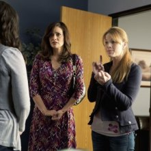 Constance Marie e Katie Leclerc nell'episodio This Is Not a Pipe di Switched at Birth