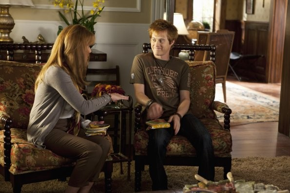 Lucas Grabeel E Lea Thompson Nell Episodio This Is Not A Pipe Di Switched At Birth 210699