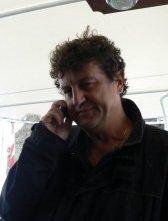 Mario Andrei sul set, come sempre al telefono....