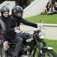 Sean Berdy e Vanessa Marano in moto nell'episodio The Persistence of Memory di Switched at Birth