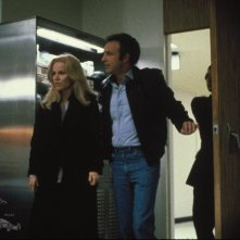 Tuesday Weld e James Cann in una scena del film Strade violente (1981)
