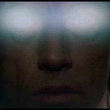 Un'inquietante primo piano di Scott Glenn nel film La fortezza, di Michael Mann (1983)