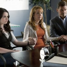 Vanessa Marano, D.W. Moffett e Lea Thompson in una scena dell'episodio This Is Not a Pipe di Switched at Birth