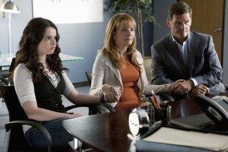 Vanessa Marano, D.W. Moffett e Lea Thompson in una scena dell'episodio This Is Not a Pipe di Switched at Birth