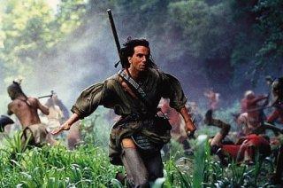 Daniel Day-Lewis in una scena del film L'ultimo dei mohicani (1992)