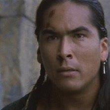 Eric Schweig in una scena del film L'ultimo dei mohicani (1992)