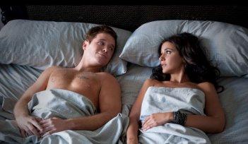Kevin Connolly e Emmanuelle Chriqui in una scena dell'episodio Out with a Bang dell'ottava stagione di Entourage