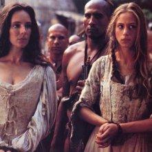 Madeleine Stowe e Jodhi May in una scena del film L'ultimo dei mohicani (1992)