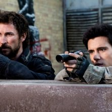 Drew Roy e Noah Wyle in una scena di What Hides Beneath della serie Falling Skies