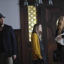 Dylan McDermott, Taissa Farmiga e Connie Britton in una scena del pilot di American Horror Story