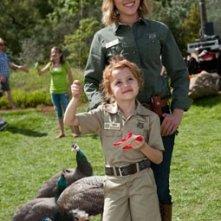 La piccola Maggie Elizabeth Jones con Scarlett Johansson in We Bought a Zoo