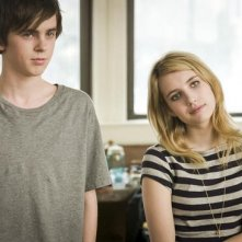 Emma Roberts con Freddie Highmore nel film L'arte di cavarsela (The Art of Getting By)