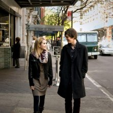 Emma Roberts e Freddie Highmore nel film L'arte di cavarsela (The Art of Getting By)