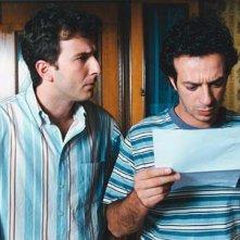Ficarra legge basito assieme all'amico Picone il risultato del concorso pubblico nel divertente Nati Stanchi