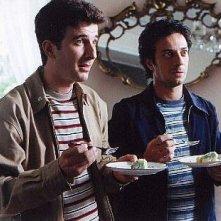 Salvatore Ficarra e Valentino Picone alle prese con una fetta di cassata siciliana in una scena del film Nati Stanchi
