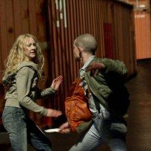 Saoirse Ronan in una scena d'azione del thriller Hanna