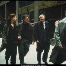 Debi Mazar, Al Pacino, Philip Baker Hall e Christopher Plummer in una scena del film Insider - Dietro la verità di Michael Mann