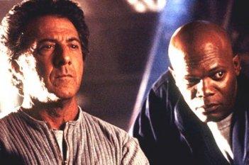 Dustin Hoffman e Samuel L. Jackson in una scena di Sfera