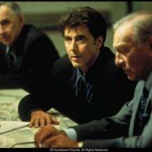 Philip Baker Hall, Al Pacino e Christopher Plummer in una scena del film Insider - Dietro la verità di Michael Mann