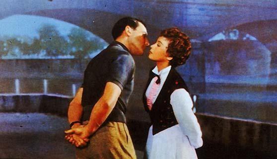 Un Bacio Romantico Tra Gene Kelly E Leslie Caron In Un Americano A Parigi 211073