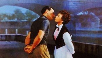 Un bacio romantico tra Gene Kelly e Leslie Caron in Un americano a Parigi