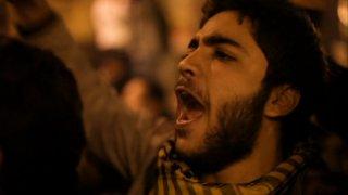 Un manifestante egiziano urla slogan contro il regime in Tahrir