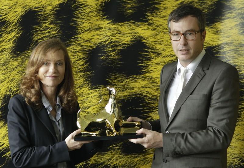 Isabelle Hupper Riceve Dalle Mani Del Direttore Olivier Pere L Excellence Award A Locarno 211147