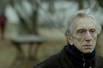 Un intenso primo piano di Roberto Herlitzka, protagonista del drammatico Sette opere di misericordia