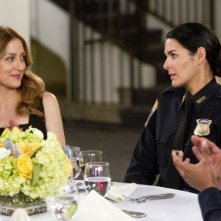 Angie Harmon e Sasha Alexander in una scena dell'episodio We Don't Need Another Hero di Rizzoli & Isles