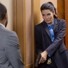 Angie Harmon in una scena dell'episodio Living Proof di Rizzoli & Isles