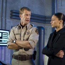 Colin Ferguson ed Erica Cerra in una scena dell'episodio Glimpse di Eureka