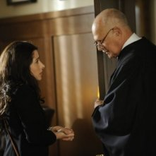 Gerald McRaney e Sarah Shahi nell'episodio Benched di Fairly Legal