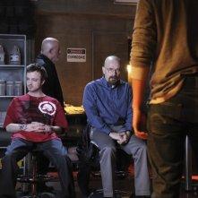 Jonathan Banks, Bryan Cranston ed Aaron Paul in un momento dell'episodio Box Cutter di Breaking Bad
