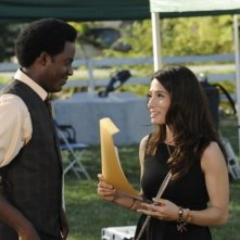 Sarah Shahi e Baron Vaughn nell'episodio Bo Me Once di Fairly Legal