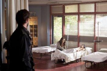 Noah Wyle (di spalle) e Moon Bloodgood nell'episodio Mutiny di Falling Skies