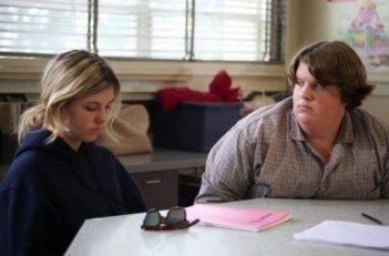 Jacob Wysocki e Olivia Crocicchia insieme a scuola in una scena di Terri